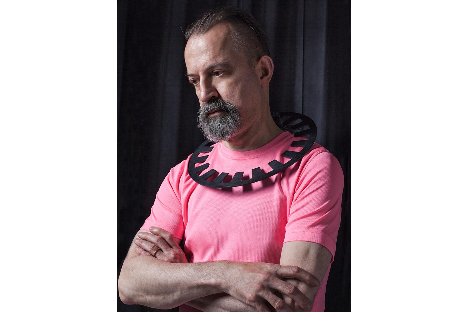 website gt - Paul woth a round black neckclace